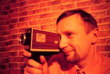 wenzel_storch_mit_holzvertaefelter_kamera900