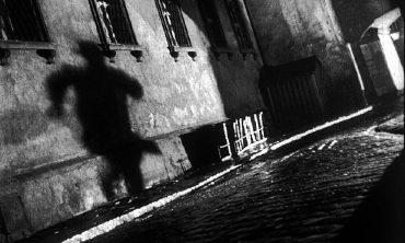 """«dok.film«: """"Im Schatten des """"Dritten Mannes"""""""", """"Der dritte Mann"""" ist einer der grš§ten Filme aller Zeiten und sein Autor war Graham Greene. Greene und sein Regisseur Carol Reed dokumentierten das Nachkriegs-Wien so detailgetreu wie mšglich. Sehr realistisch wird die Geschichte des Schiebers Harry Lime in der Zeit der vier Besatzungszonen geschildert. Zeitzeugen, noch lebende Stars und Filmhistoriker erzŠhlen in dieser Dokumentation, warum fŸr Menschen in aller Welt, aber auch fŸr viele Wiener, """"Der dritte Mann"""" das Bild dieser Stadt so sehr geprŠgt hat. Im Bild: Harry Lime«s Schatten stammt nicht von Orson Welles, aber einem prominenten Double, Guy Hamilton, dem spŠteren Regisseur von 3 Bond Filmen, unter anderem """"Goldfinger"""".  SENDUNG: ORF2 - SO - 05.12.2010 - 23:05 UHR. - Veroeffentlichung fuer Pressezwecke honorarfrei ausschliesslich im Zusammenhang mit oben genannter Sendung oder Veranstaltung des ORF bei Urhebernennung.  Foto: ORF/Studio Canal.  Anderweitige Verwendung honorarpflichtig und nur nach schriftlicher Genehmigung der ORF-Fotoredaktion.  Copyright: ORF, Wuerzburggasse 30, A-1136 Wien, Tel. +43-(0)1-87878-13606"""