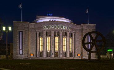 """Theater """"Volksbühne"""" in Berlin-Mitte bei Nacht."""